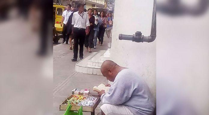 Ulični prodavač uslikan kako u slobodno vrijeme čita Bibliju
