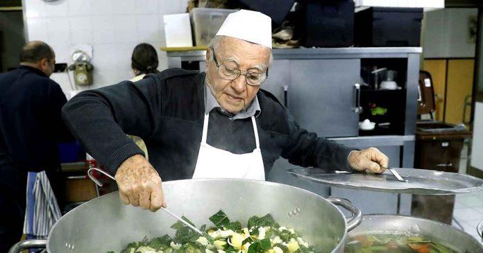 Djed (90) svaki dan kuha obroke za beskućnike