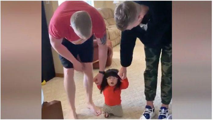 Djevojčica rođena bez bedrene kosti je napravila svoje prve korake