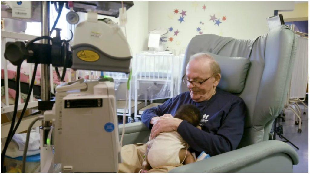 Umirovljenik smiruje bebe