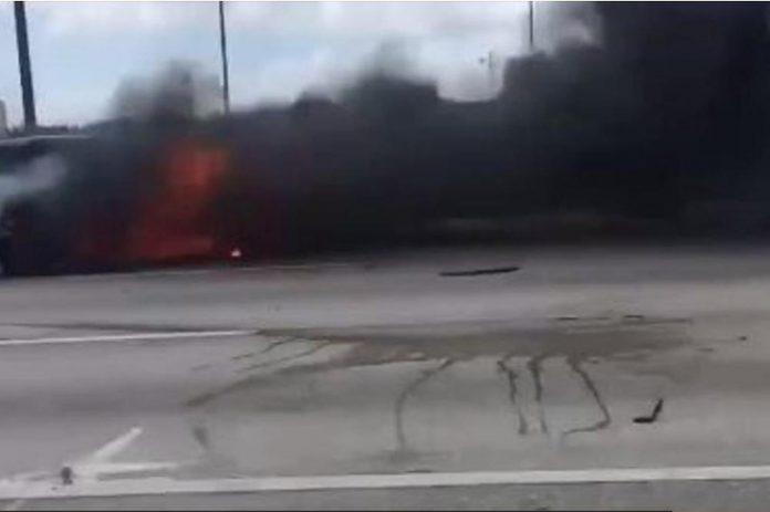 Dok je vozač gorio i tražio pomoć, ljudi su samo snimali automobil