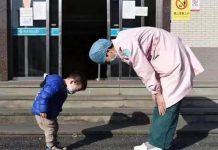 Dječak koji je ozdravio od koronavirusa naklonio se medicinskoj sestri u znak zahvalnosti