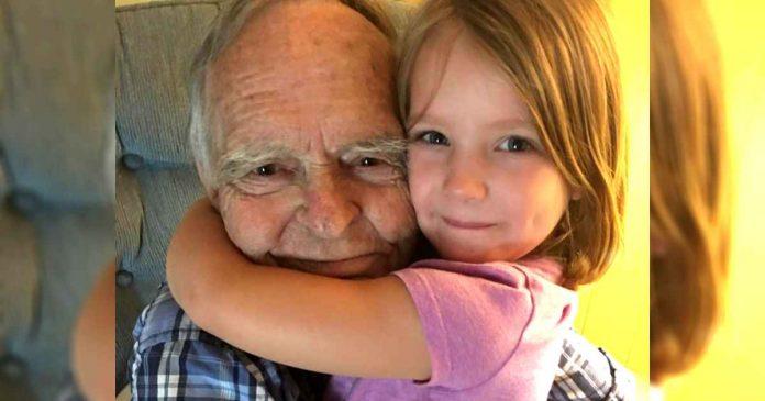 Starac je preminuo 4 godine nakon što mu je zagrljaj jedne djevojčice spasio život