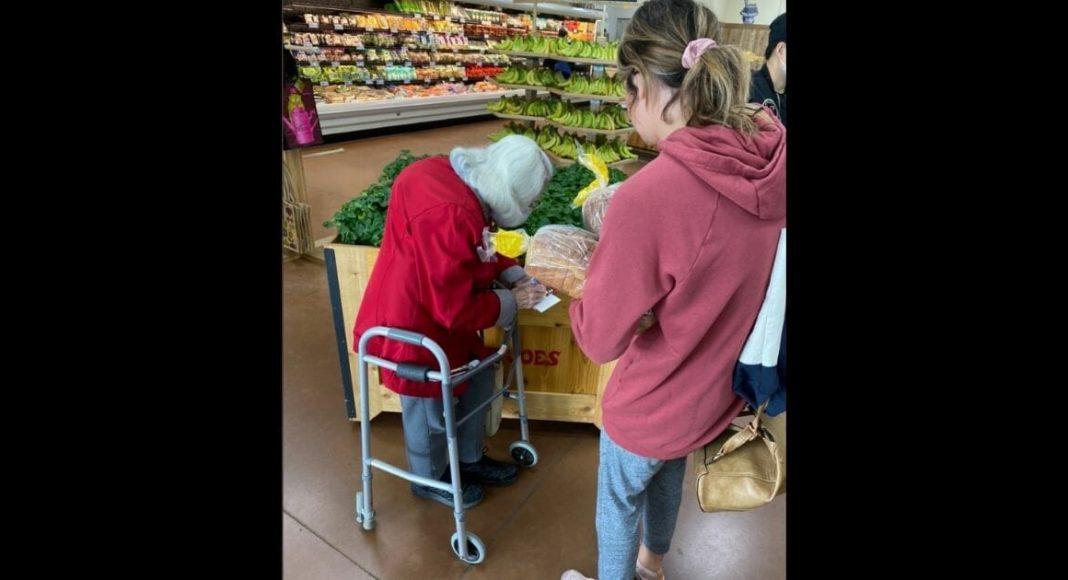 Stariji bračni par zaplakao u trgovin