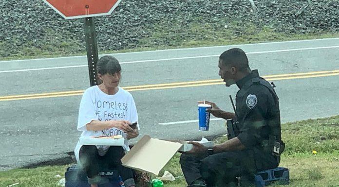 Policajac je sjeo pored beskućnice