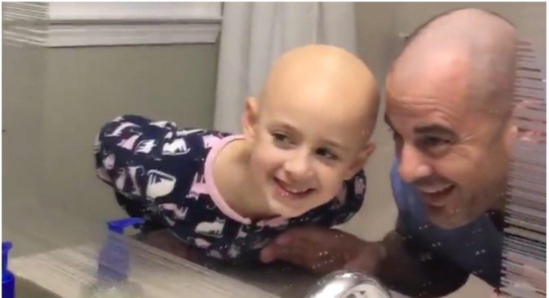 Tata obrijao glavu kako bi podržao svoju bolesnu kći