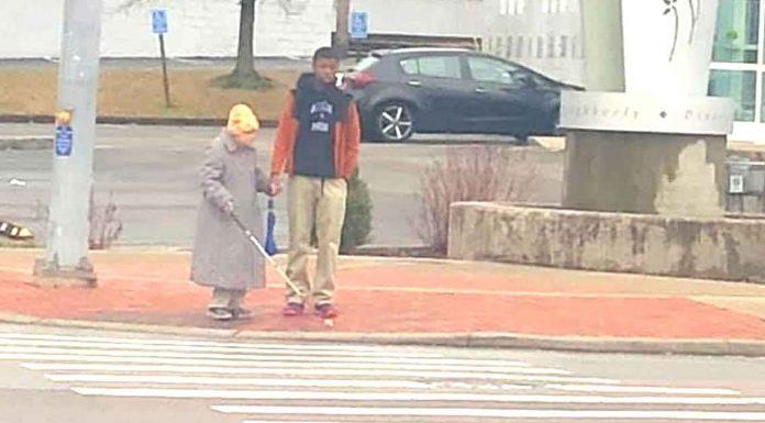 Tinejdžer preveo slijepu staricu preko ceste