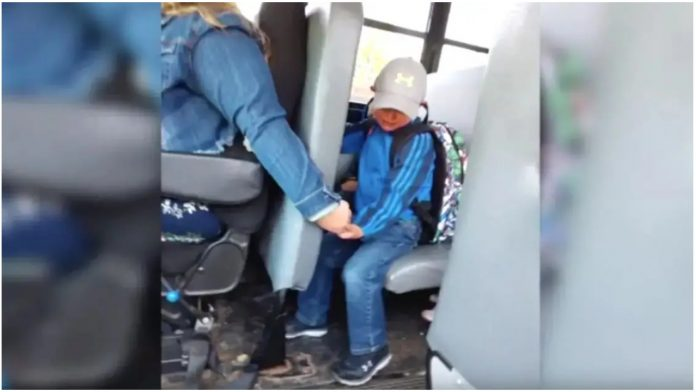 Vozačica autobusa tješi uzrujanog učenika na putu do škole