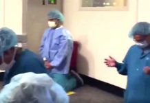 Liječnici i medicinske sestre se na koljenima mole Bogu