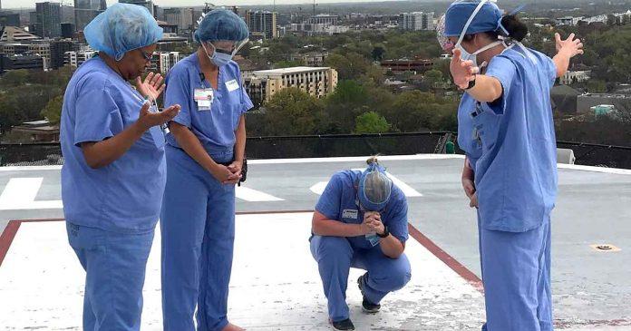 Medicinske sestre okupile su se u molitvi na krovu bolnice
