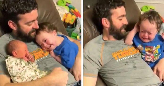 Dječak s Downovim sindromom je prvi put vidio svoju malenu sestru