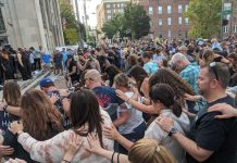 Crnci i bijelci u ovim dramatičnim trenucima zajedno slave Isusa Krista