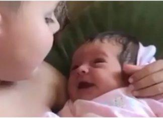 Dječak je prvi put uzeo sestru u svoje ruke pa joj zapjevao iz dubine srca
