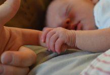 Majka je zaspala s bebom