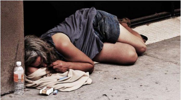 Uočio je beskućnicu kako spava na ulici