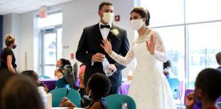 Mladenci na dan vjenčanja dijelili hranu beskućnicima