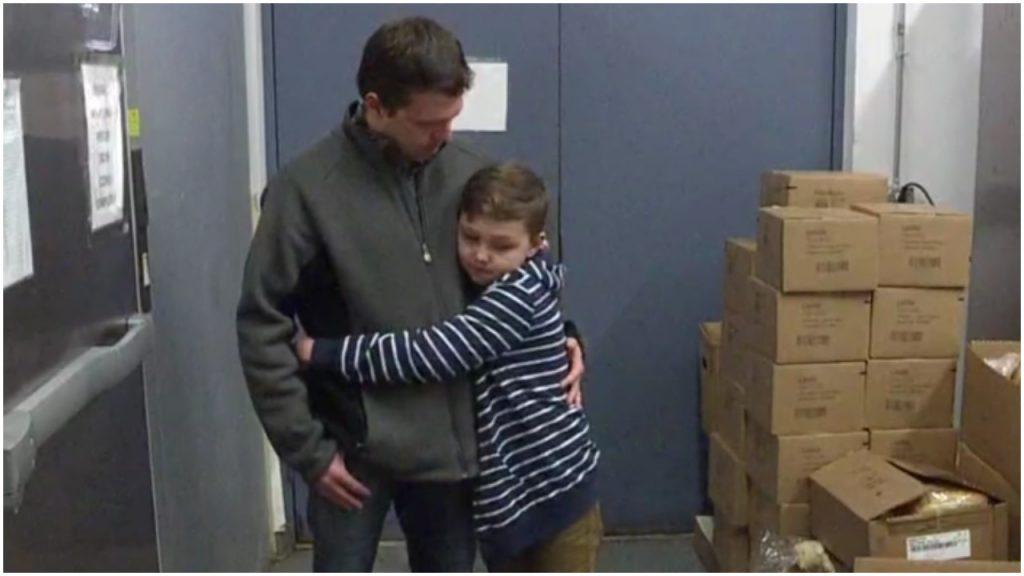 Dječak i otac pomažu beskućnicima
