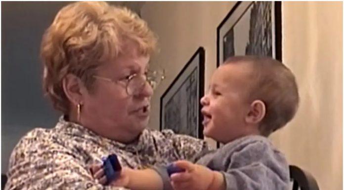 Baka je postavljala pitanja unuku, a njegovi odgovori su je nasmijali do suza