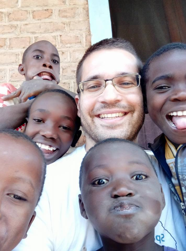 Profesor Dejan Nemčić i djeca u Africi