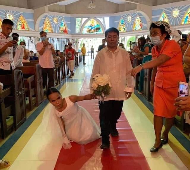 Mladenka bez nogu hoda prema oltaru