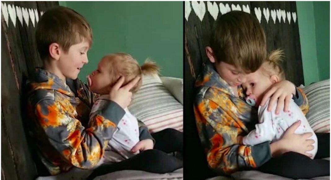 Stariji brat u naručju drži sestru, a riječi njegove pjesme diraju u srce