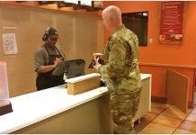 Vojnik je ušao u restoran, a jedan gost je snimio što je radio