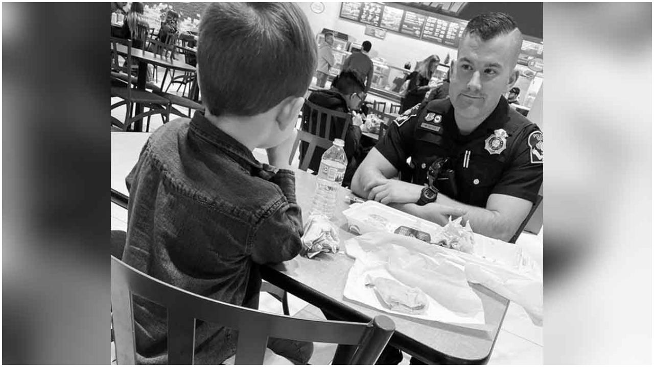 Mama je uslikala svog sina i policajca