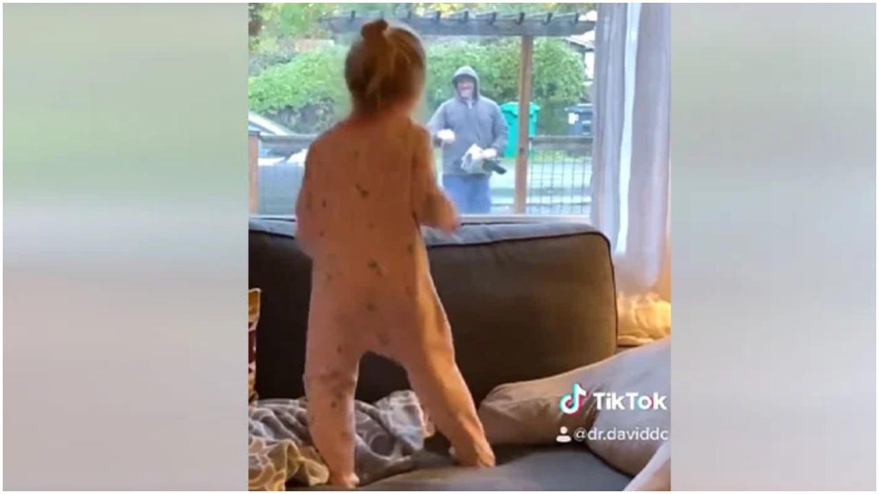 Poštar je ugledao djevojčicu, a tata je snimio što je uslijedilo