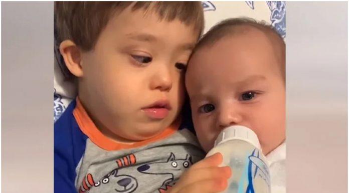 Dječak s Downovim sindromom hrani brata