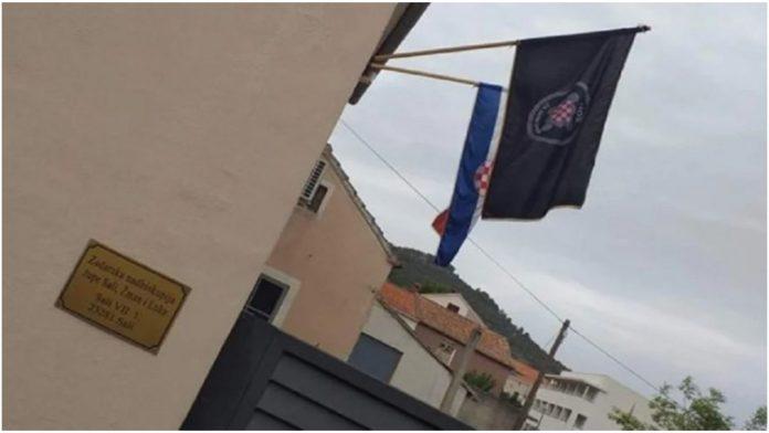 Svećenik izvjesio zastavu sa sloganom ''Za dom Spremni''