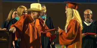 Nakon 75 godina se vratio u školu i maturirao zajedno s praunukom